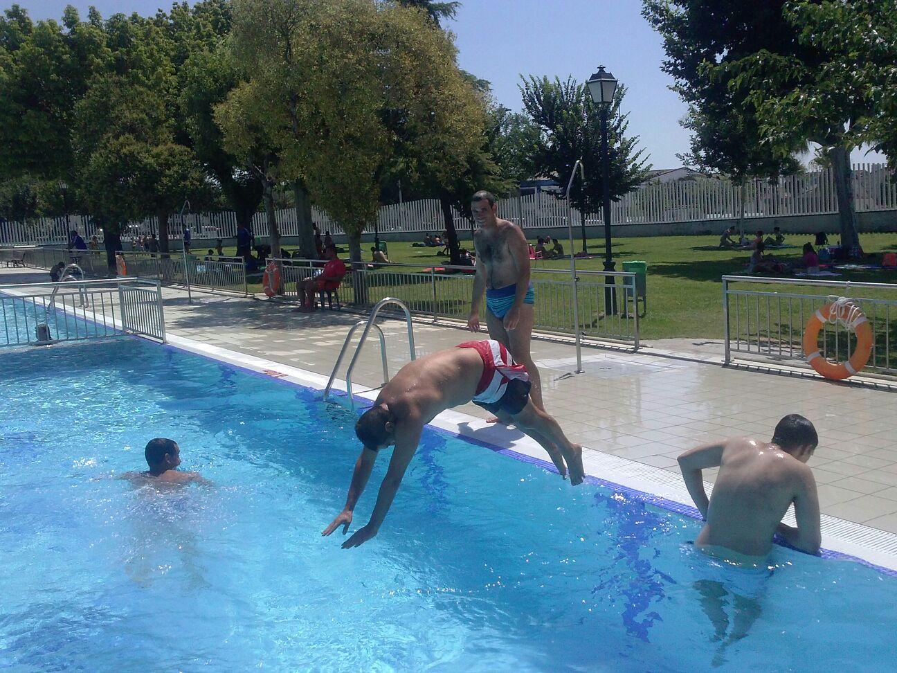 La r a sale a la piscina municipal todos los martes y - Piscina a sale ...